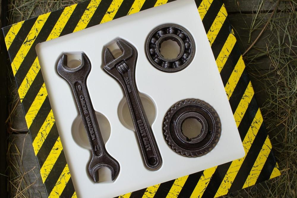 Шоколадные фигуры инструменты и подшипник