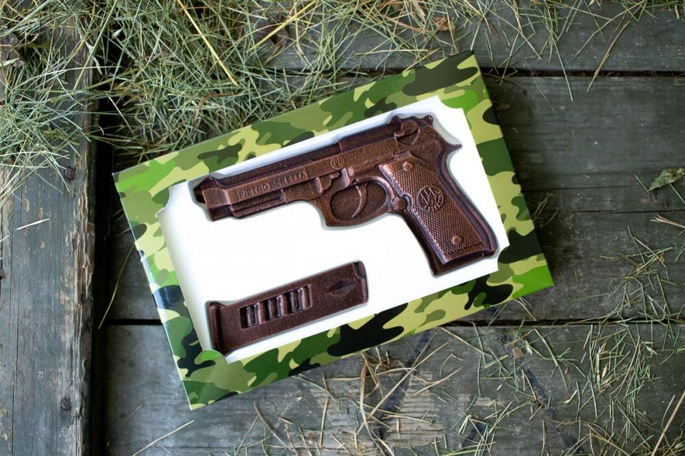 Шоколадный пистолет настоящему мужчине